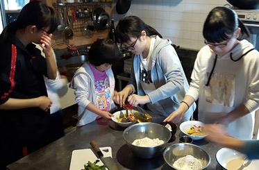 労働のあとには、サーターアンダギー作りやワッフル作り、シークラフト作り等を体験。皆で食事を作り、食卓を囲んで昼間の体験話に花を咲かせます。